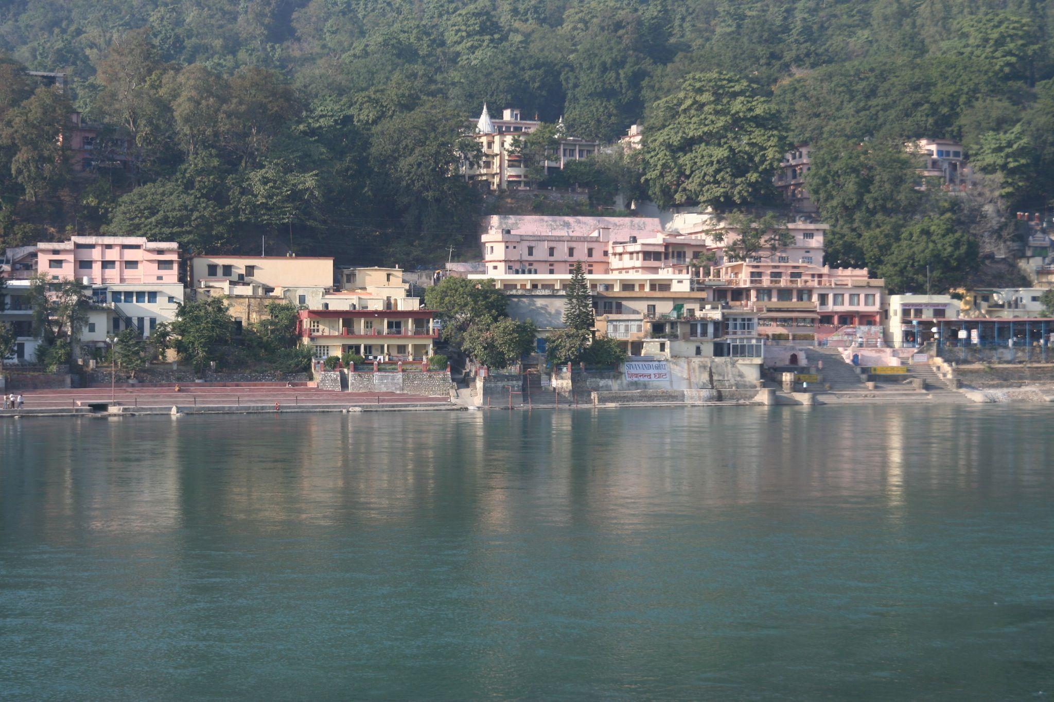 Ashrams_on_the_banks_of_Ganges_Rishikesh